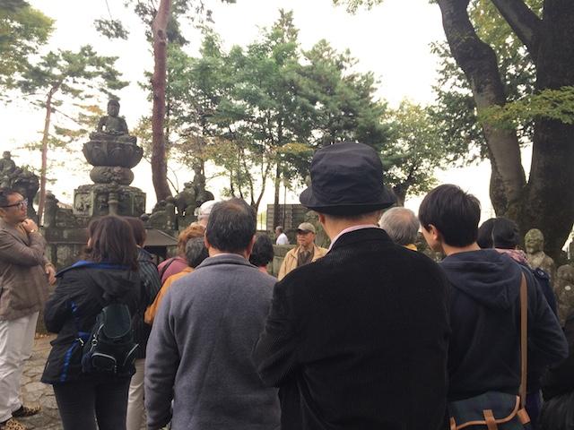 喜多院の五百羅漢で説明に耳を傾ける参加者