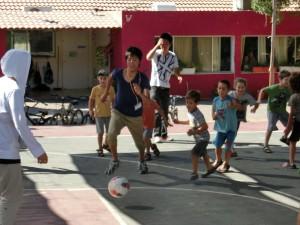 キブツの小学生とサッカーを楽しむ