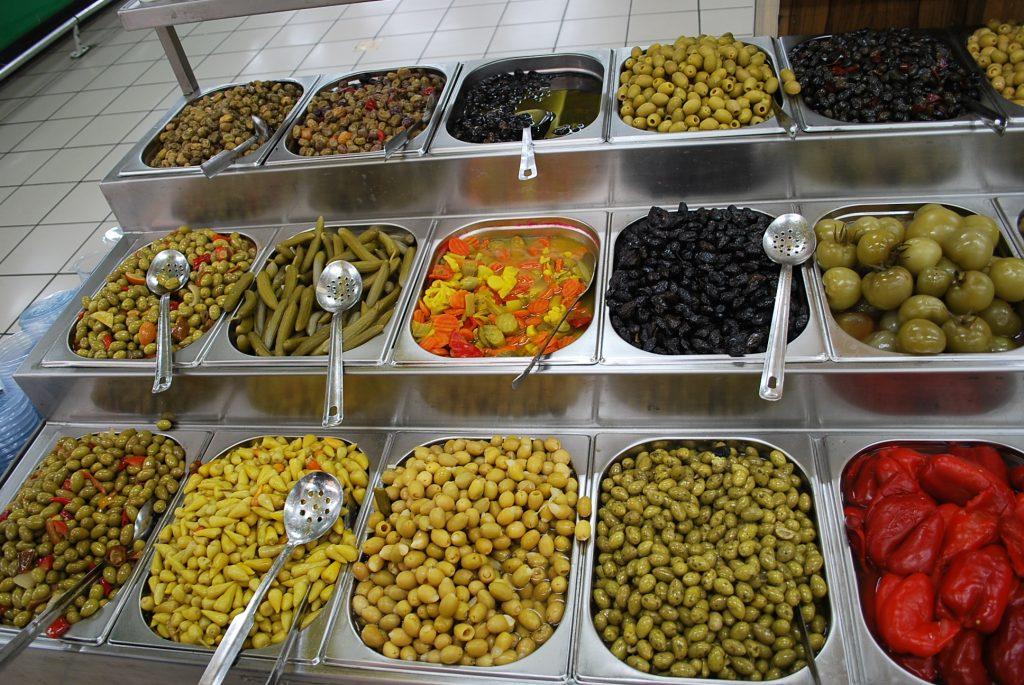 イスラエルのスーパーに並ぶオリーブ