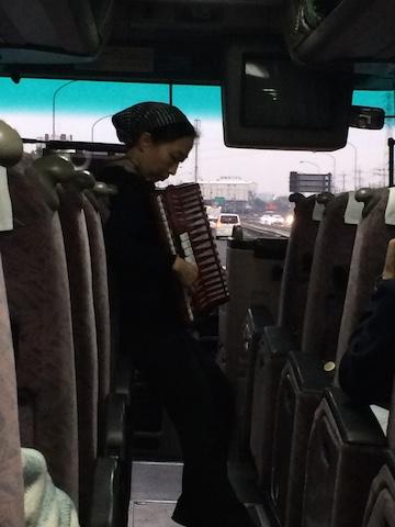 アコーディオンを演奏する有松さん