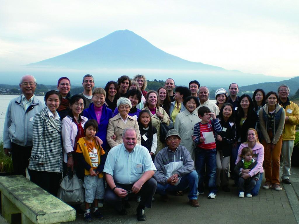 陽気なイスラエル人とともにバスツアー。2010年には富士山麓を巡った。