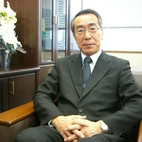 インタビューに答える佐藤元大使