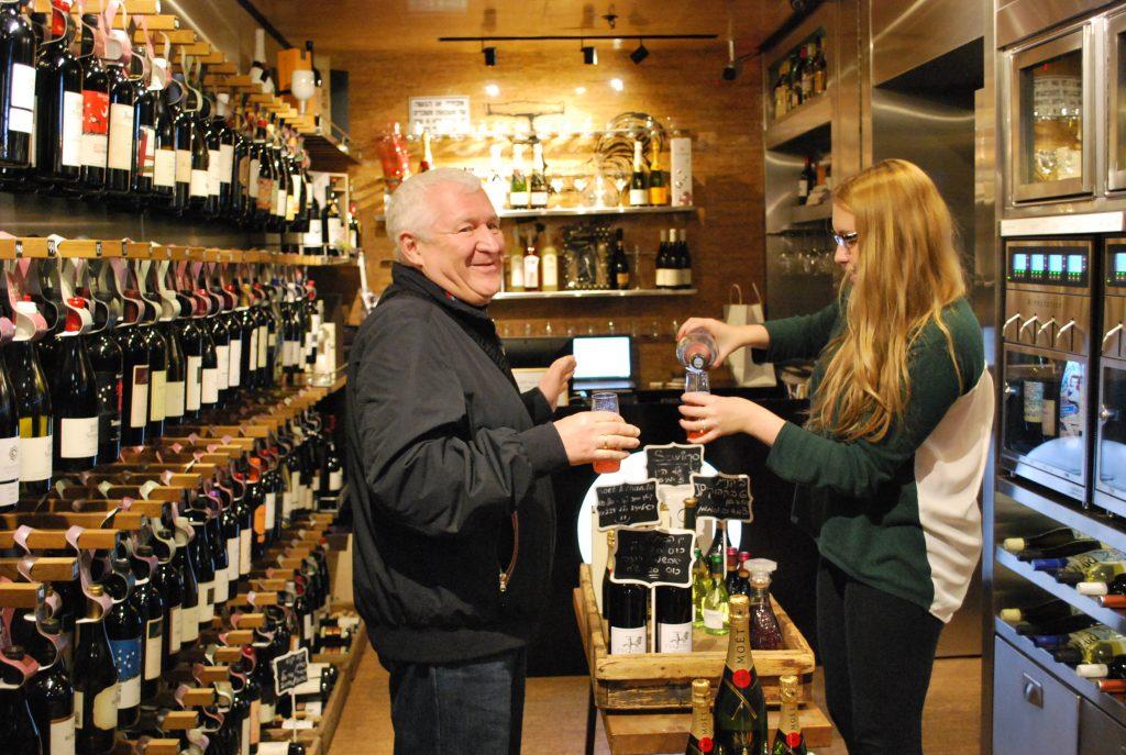 テルアビブのワイン専門店(右手の蛇口の上にお金を入れる)